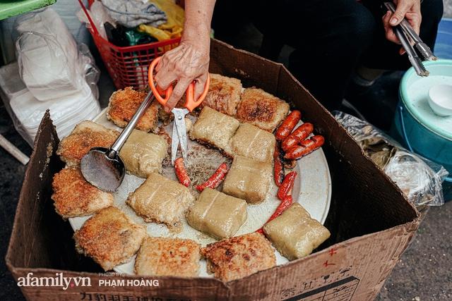 Hàng bánh chưng rán nức tiếng ngõ chợ Thanh Hà: Qua 2 thế hệ và gần một thế kỷ vẫn vẹn nguyên hương vị thời thơ ấu, bí quyết gói gọn trong miếng mỡ gà và chiếc mâm nhôm - Ảnh 2.