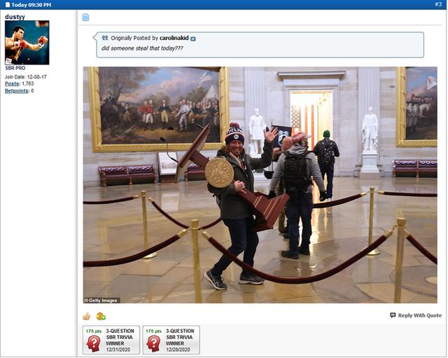 Hy hữu trong cuộc tấn công Điện Capitol: Người biểu tình Mỹ vác bục phát biểu của Hạ viện đi bán đấu giá? - Ảnh 2.