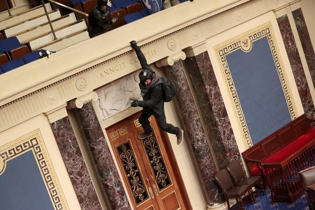 Nhìn lại toàn cảnh vụ tòa nhà Quốc hội Mỹ bị tấn công nghiêm trọng  - Ảnh 1.