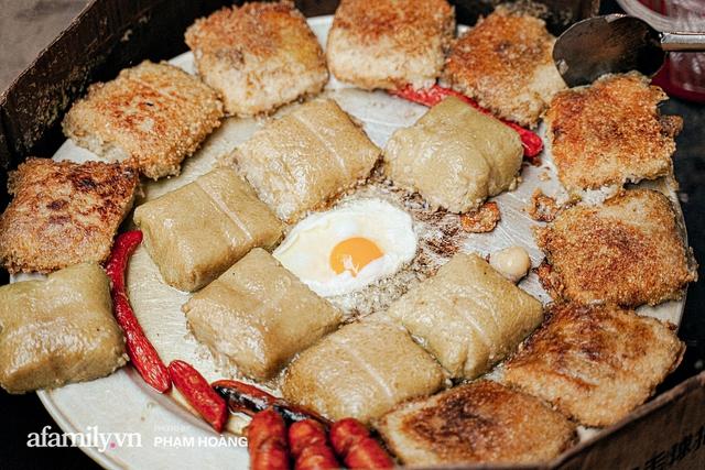 Hàng bánh chưng rán nức tiếng ngõ chợ Thanh Hà: Qua 2 thế hệ và gần một thế kỷ vẫn vẹn nguyên hương vị thời thơ ấu, bí quyết gói gọn trong miếng mỡ gà và chiếc mâm nhôm - Ảnh 11.