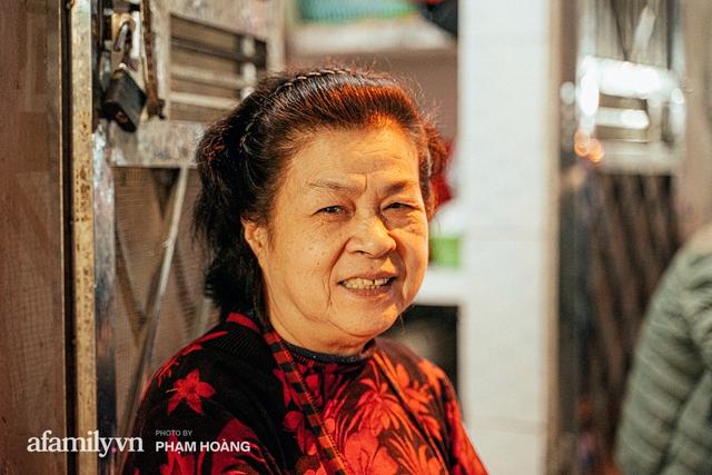 Hàng bánh chưng rán nức tiếng ngõ chợ Thanh Hà: Qua 2 thế hệ và gần một thế kỷ vẫn vẹn nguyên hương vị thời thơ ấu, bí quyết gói gọn trong miếng mỡ gà và chiếc mâm nhôm - Ảnh 14.