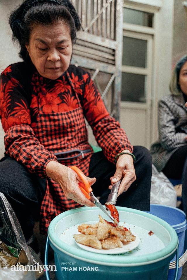 Hàng bánh chưng rán nức tiếng ngõ chợ Thanh Hà: Qua 2 thế hệ và gần một thế kỷ vẫn vẹn nguyên hương vị thời thơ ấu, bí quyết gói gọn trong miếng mỡ gà và chiếc mâm nhôm - Ảnh 3.