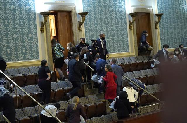 Nhìn lại toàn cảnh vụ tòa nhà Quốc hội Mỹ bị tấn công nghiêm trọng  - Ảnh 3.