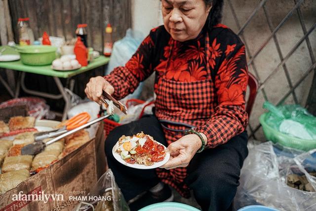 Hàng bánh chưng rán nức tiếng ngõ chợ Thanh Hà: Qua 2 thế hệ và gần một thế kỷ vẫn vẹn nguyên hương vị thời thơ ấu, bí quyết gói gọn trong miếng mỡ gà và chiếc mâm nhôm - Ảnh 4.