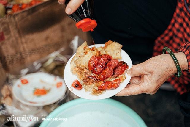 Hàng bánh chưng rán nức tiếng ngõ chợ Thanh Hà: Qua 2 thế hệ và gần một thế kỷ vẫn vẹn nguyên hương vị thời thơ ấu, bí quyết gói gọn trong miếng mỡ gà và chiếc mâm nhôm - Ảnh 5.