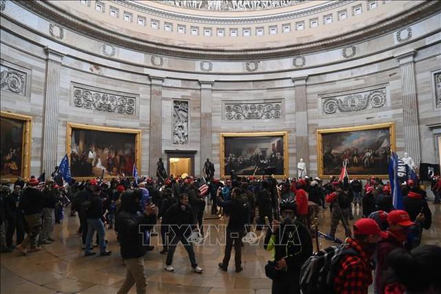 Nhìn lại toàn cảnh vụ tòa nhà Quốc hội Mỹ bị tấn công nghiêm trọng  - Ảnh 5.