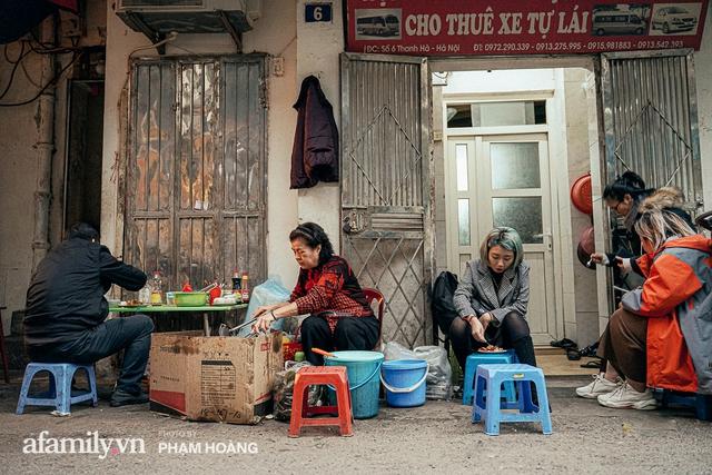 Hàng bánh chưng rán nức tiếng ngõ chợ Thanh Hà: Qua 2 thế hệ và gần một thế kỷ vẫn vẹn nguyên hương vị thời thơ ấu, bí quyết gói gọn trong miếng mỡ gà và chiếc mâm nhôm - Ảnh 6.