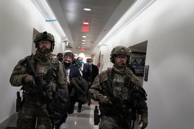 Nhìn lại toàn cảnh vụ tòa nhà Quốc hội Mỹ bị tấn công nghiêm trọng  - Ảnh 6.