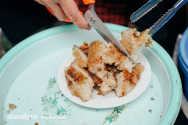 Hàng bánh chưng rán nức tiếng ngõ chợ Thanh Hà: Qua 2 thế hệ và gần một thế kỷ vẫn vẹn nguyên hương vị thời thơ ấu, bí quyết gói gọn trong miếng mỡ gà và chiếc mâm nhôm - Ảnh 7.