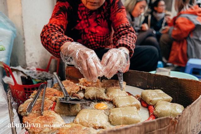 Hàng bánh chưng rán nức tiếng ngõ chợ Thanh Hà: Qua 2 thế hệ và gần một thế kỷ vẫn vẹn nguyên hương vị thời thơ ấu, bí quyết gói gọn trong miếng mỡ gà và chiếc mâm nhôm - Ảnh 9.