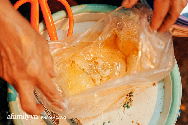 Hàng bánh chưng rán nức tiếng ngõ chợ Thanh Hà: Qua 2 thế hệ và gần một thế kỷ vẫn vẹn nguyên hương vị thời thơ ấu, bí quyết gói gọn trong miếng mỡ gà và chiếc mâm nhôm - Ảnh 10.