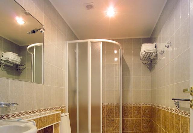 Dùng đèn sưởi nhà tắm vào ngày rét đậm: Chuyên gia khuyến cáo cần ghi nhớ 4 lưu ý sống còn - Ảnh 1.