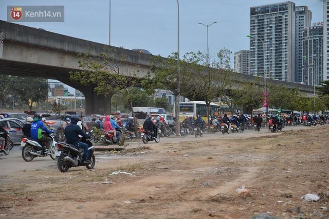 Ảnh: Đường Hà Nội chật cứng xe cộ, hàng nghìn người chôn chân, vật lộn với giá rét xấp xỉ 10 độ C - Ảnh 2.