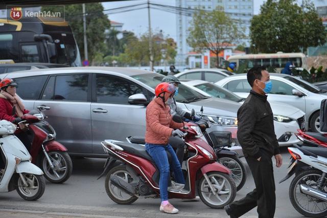 Ảnh: Đường Hà Nội chật cứng xe cộ, hàng nghìn người chôn chân, vật lộn với giá rét xấp xỉ 10 độ C - Ảnh 11.
