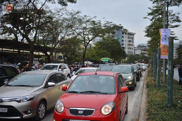 Ảnh: Đường Hà Nội chật cứng xe cộ, hàng nghìn người chôn chân, vật lộn với giá rét xấp xỉ 10 độ C - Ảnh 15.