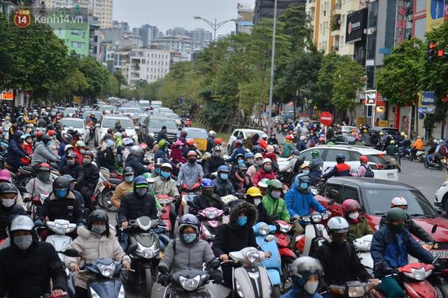 Ảnh: Đường Hà Nội chật cứng xe cộ, hàng nghìn người chôn chân, vật lộn với giá rét xấp xỉ 10 độ C - Ảnh 19.