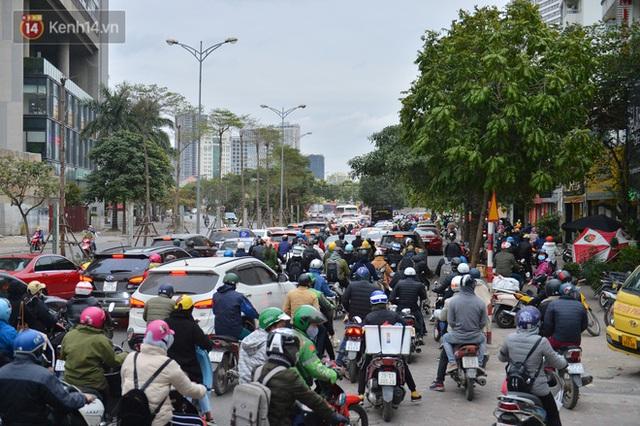 Ảnh: Đường Hà Nội chật cứng xe cộ, hàng nghìn người chôn chân, vật lộn với giá rét xấp xỉ 10 độ C - Ảnh 20.
