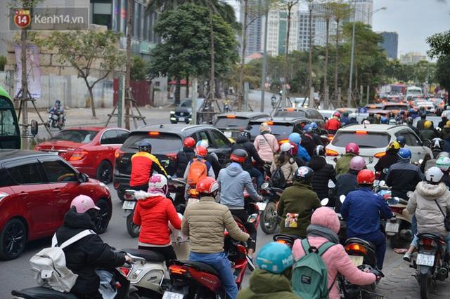Ảnh: Đường Hà Nội chật cứng xe cộ, hàng nghìn người chôn chân, vật lộn với giá rét xấp xỉ 10 độ C - Ảnh 21.