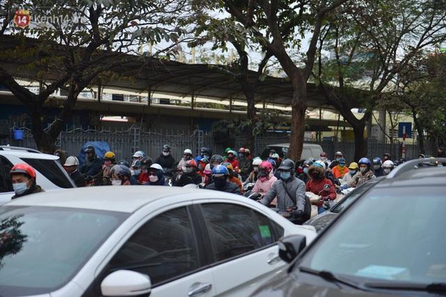 Ảnh: Đường Hà Nội chật cứng xe cộ, hàng nghìn người chôn chân, vật lộn với giá rét xấp xỉ 10 độ C - Ảnh 22.