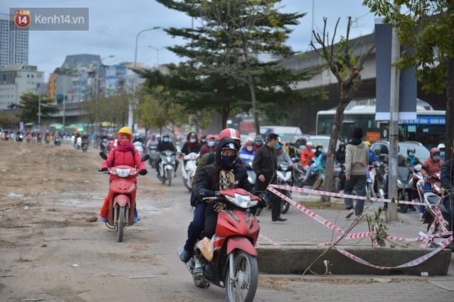 Ảnh: Đường Hà Nội chật cứng xe cộ, hàng nghìn người chôn chân, vật lộn với giá rét xấp xỉ 10 độ C - Ảnh 4.