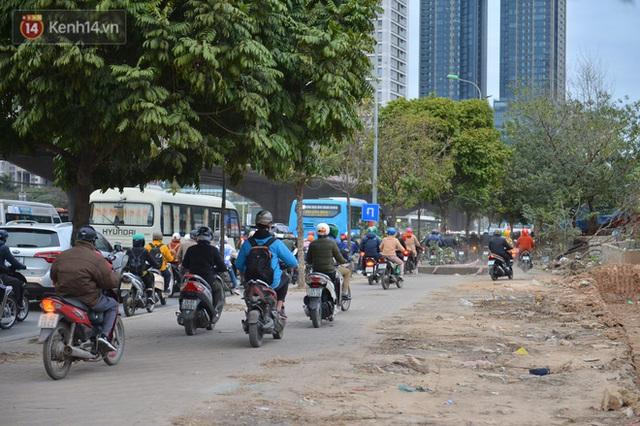 Ảnh: Đường Hà Nội chật cứng xe cộ, hàng nghìn người chôn chân, vật lộn với giá rét xấp xỉ 10 độ C - Ảnh 5.