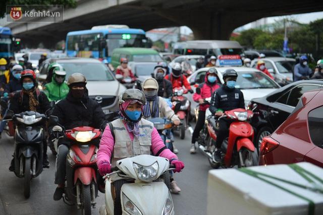 Ảnh: Đường Hà Nội chật cứng xe cộ, hàng nghìn người chôn chân, vật lộn với giá rét xấp xỉ 10 độ C - Ảnh 8.