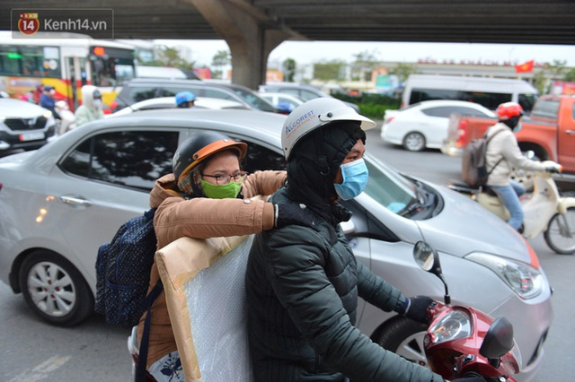 Ảnh: Đường Hà Nội chật cứng xe cộ, hàng nghìn người chôn chân, vật lộn với giá rét xấp xỉ 10 độ C - Ảnh 9.