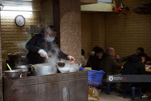 Chùm ảnh: Hà Nội rét kỷ lục, chạm ngưỡng 10 độ nhưng quán xá vẫn tấp nập, dân tình xì xụp ăn uống đủ các món mùa đông - Ảnh 3.
