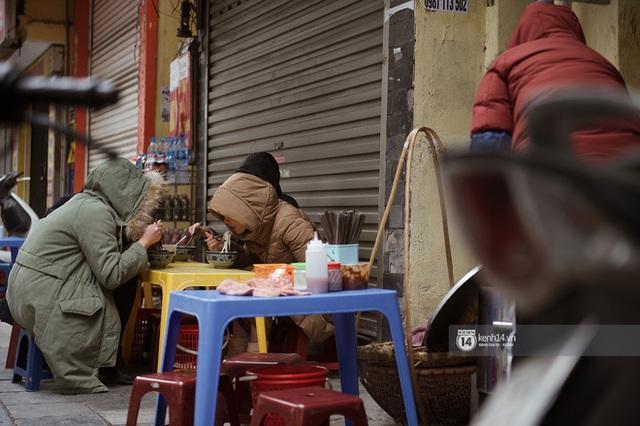 Chùm ảnh: Hà Nội rét kỷ lục, chạm ngưỡng 10 độ nhưng quán xá vẫn tấp nập, dân tình xì xụp ăn uống đủ các món mùa đông - Ảnh 10.
