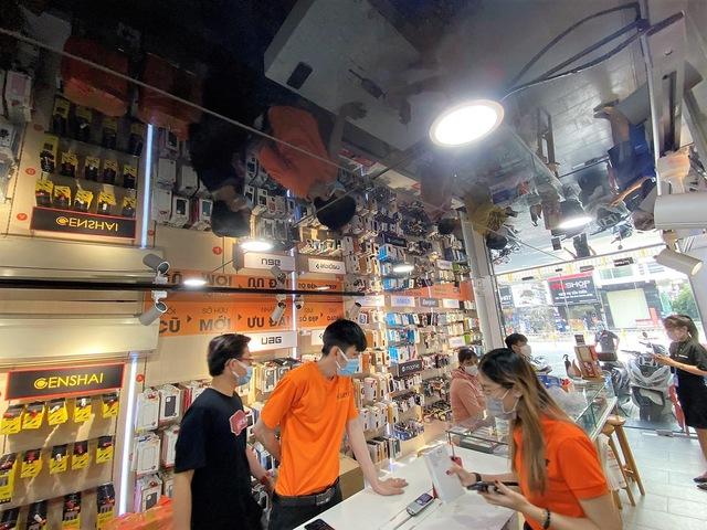 Cửa hàng di động tại TP.HCM trắng đêm tất bật cho ngày mở cửa trở lại - Ảnh 7.
