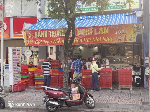 Hốt hụi chót: Người Sài Gòn hùng hục đi săn... bánh Trung thu vào sáng nay, mặc kệ Rằm tháng 8 đã qua tận 10 ngày! - Ảnh 1.