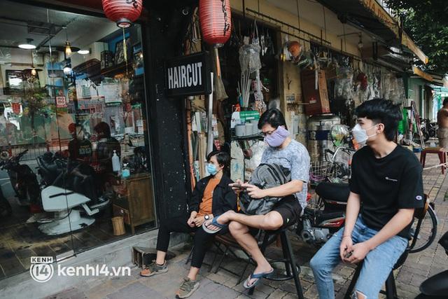 Ảnh: Người Sài Gòn ngồi chờ cả tiếng để được cắt tóc, làm đẹp sau hơn 4 tháng giãn cách - Ảnh 2.