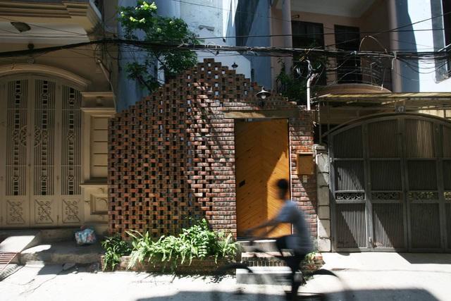 Chàng trai trẻ về Hà Nội xây nơi ẩn náu yên bình chỉ 40m2, mặt tiền mộc mạc lọt thỏm giữa khu phố mà không ngờ bên trong chất đến vậy! - Ảnh 1.