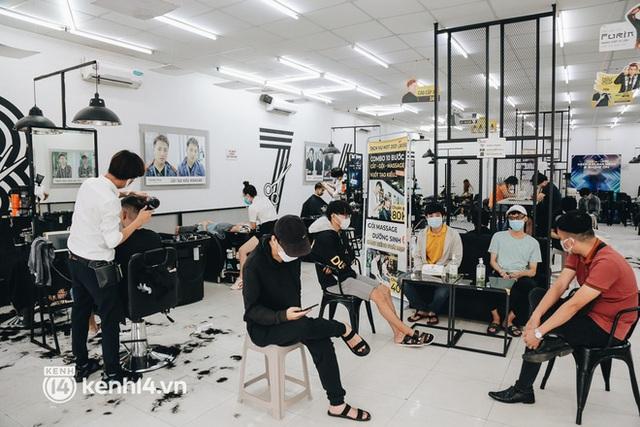 Ảnh: Người Sài Gòn ngồi chờ cả tiếng để được cắt tóc, làm đẹp sau hơn 4 tháng giãn cách - Ảnh 11.