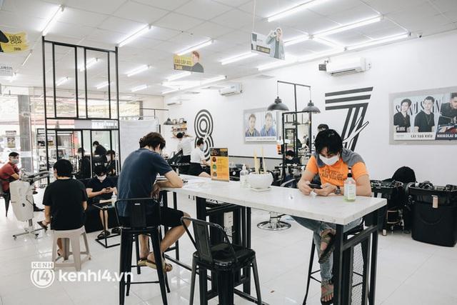 Ảnh: Người Sài Gòn ngồi chờ cả tiếng để được cắt tóc, làm đẹp sau hơn 4 tháng giãn cách - Ảnh 12.