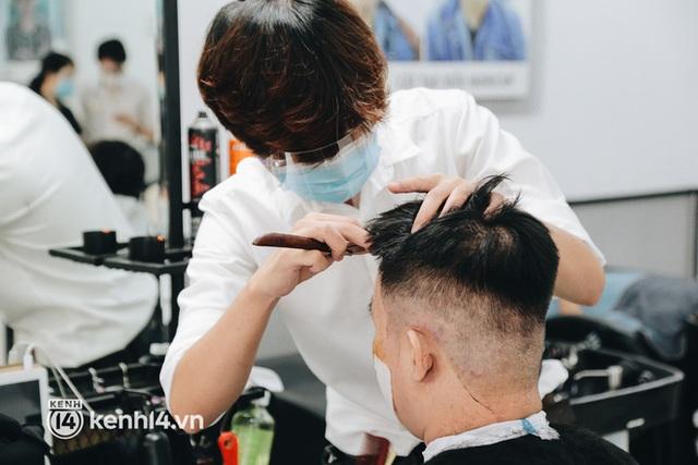 Ảnh: Người Sài Gòn ngồi chờ cả tiếng để được cắt tóc, làm đẹp sau hơn 4 tháng giãn cách - Ảnh 14.