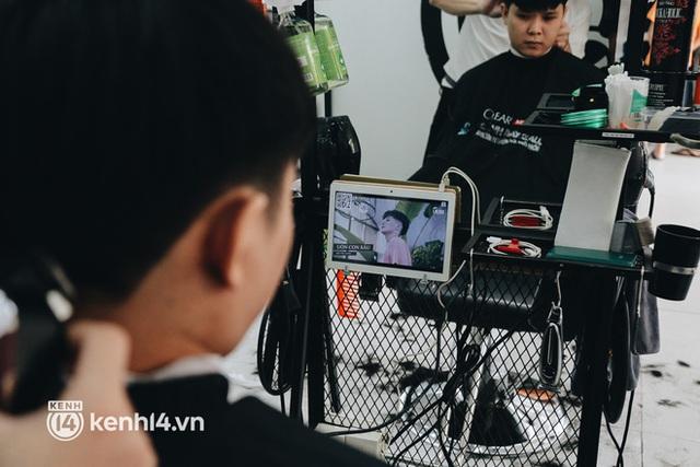 Ảnh: Người Sài Gòn ngồi chờ cả tiếng để được cắt tóc, làm đẹp sau hơn 4 tháng giãn cách - Ảnh 15.