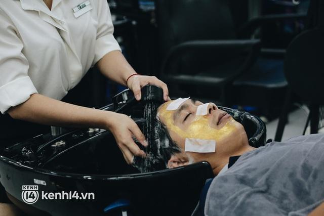Ảnh: Người Sài Gòn ngồi chờ cả tiếng để được cắt tóc, làm đẹp sau hơn 4 tháng giãn cách - Ảnh 17.