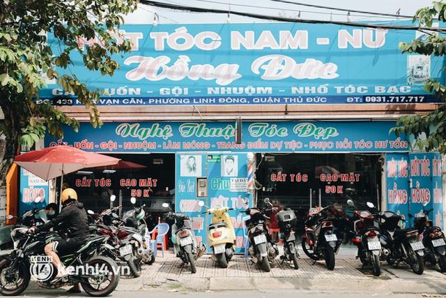 Ảnh: Người Sài Gòn ngồi chờ cả tiếng để được cắt tóc, làm đẹp sau hơn 4 tháng giãn cách - Ảnh 20.