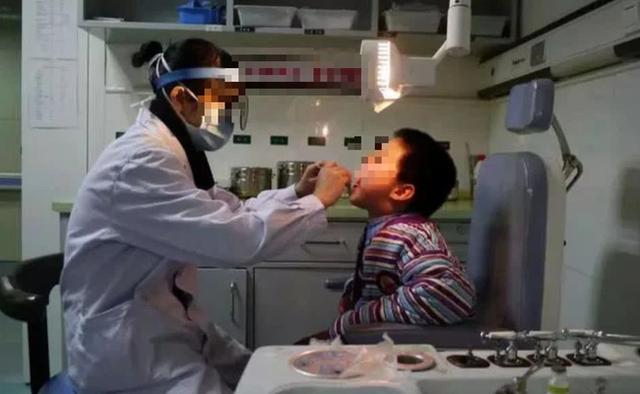 Con trai 4 tuổi hóc xương cá, bố kiên quyết không làm 3 việc để cứu mạng con, bác sĩ hết lời khen ngợi - Ảnh 3.