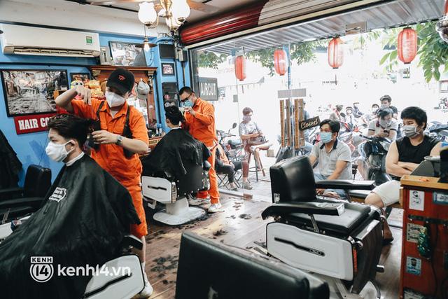 Ảnh: Người Sài Gòn ngồi chờ cả tiếng để được cắt tóc, làm đẹp sau hơn 4 tháng giãn cách - Ảnh 3.