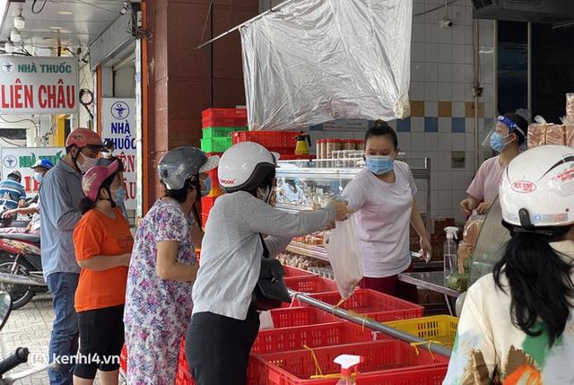 Hốt hụi chót: Người Sài Gòn hùng hục đi săn... bánh Trung thu vào sáng nay, mặc kệ Rằm tháng 8 đã qua tận 10 ngày! - Ảnh 4.