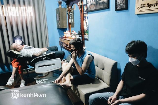 Ảnh: Người Sài Gòn ngồi chờ cả tiếng để được cắt tóc, làm đẹp sau hơn 4 tháng giãn cách - Ảnh 4.