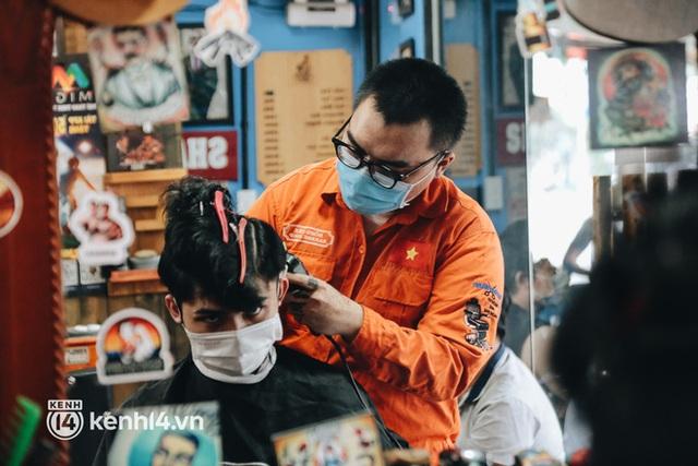 Ảnh: Người Sài Gòn ngồi chờ cả tiếng để được cắt tóc, làm đẹp sau hơn 4 tháng giãn cách - Ảnh 5.
