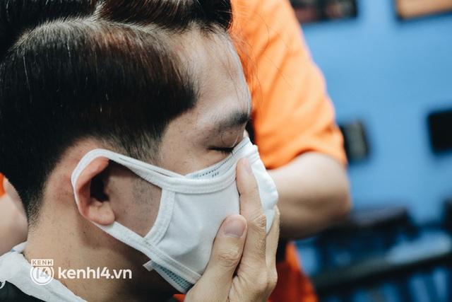 Ảnh: Người Sài Gòn ngồi chờ cả tiếng để được cắt tóc, làm đẹp sau hơn 4 tháng giãn cách - Ảnh 6.