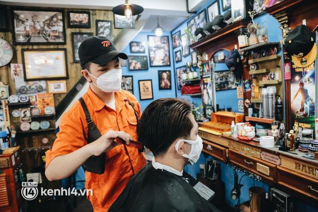 Ảnh: Người Sài Gòn ngồi chờ cả tiếng để được cắt tóc, làm đẹp sau hơn 4 tháng giãn cách - Ảnh 8.