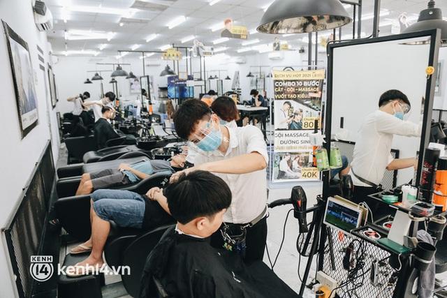 Ảnh: Người Sài Gòn ngồi chờ cả tiếng để được cắt tóc, làm đẹp sau hơn 4 tháng giãn cách - Ảnh 9.