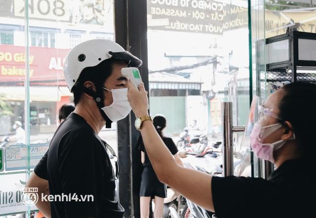 Ảnh: Người Sài Gòn ngồi chờ cả tiếng để được cắt tóc, làm đẹp sau hơn 4 tháng giãn cách - Ảnh 10.