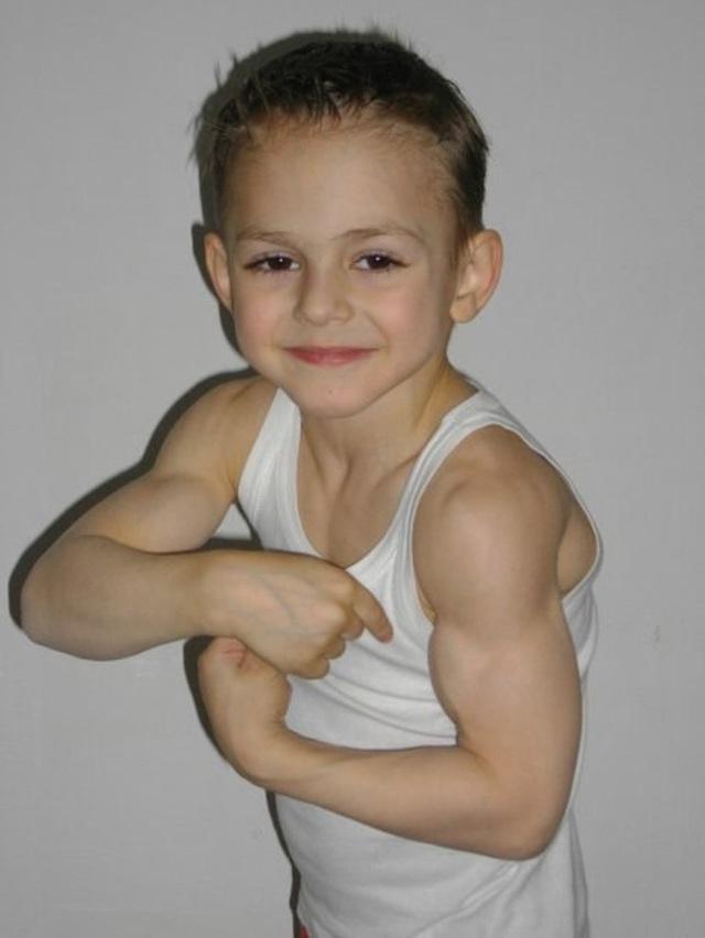"""""""Cậu bé khoẻ nhất hành tinh"""" gây bão khắp thế giới với cơ bắp 6 múi cuồn cuộn giờ ra sao? Ngoại hình sau khi dậy thì gây bất ngờ - Ảnh 2."""