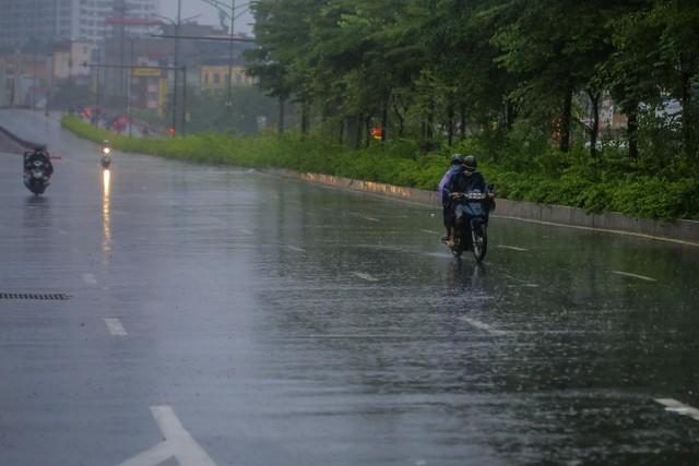 Người dân Thủ đô đón cái lạnh đầu mùa kèm mưa - Ảnh 1.